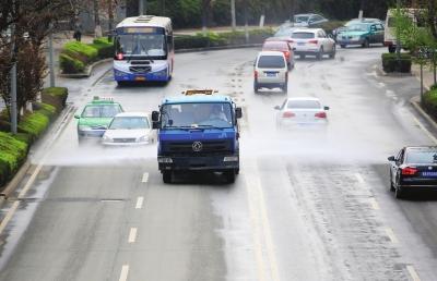 被洒水车湿身没关系 有关系的是喷洒的水质是否干净