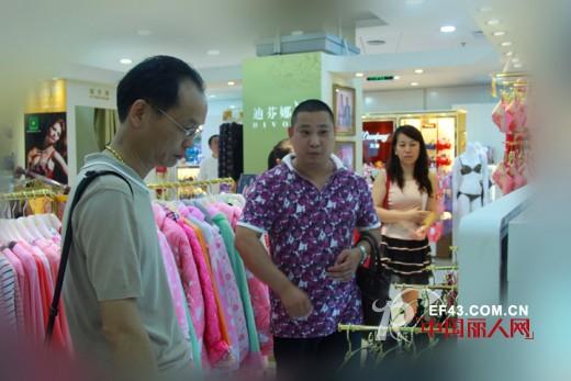 迪芬娜集团董事长与公司相关人员一起巡视卖场