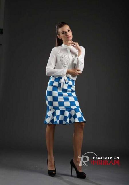 秋季棋盘格纹怎么搭配 蓝白色的棋盘格搭配什么上衣