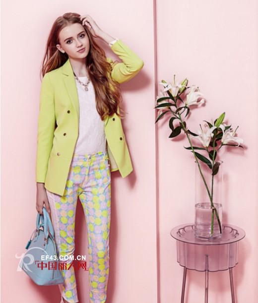 秋天格纹伞状裙应该搭配什么外套   柠檬色西装外套搭配波点裤装好看吗