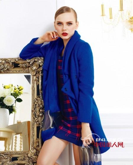 深蓝色和宝蓝色呢子大衣搭配 蓝色呢大衣搭配