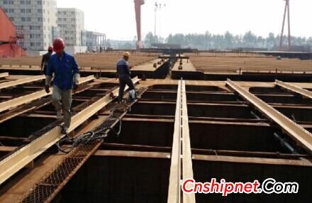 Taizhou AVIC 4350TEU container ship guide rail pre-installation