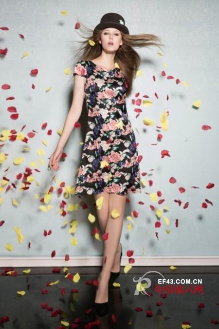 大朵印花连衣裙款式搭配 连衣裙流行什么款式 吊带T恤连衣裙哪个更时尚