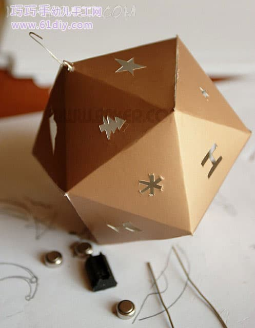 Festive Lantern -7-Positive 20-faced body, folded at the edge of the triangle, coated with latex on the side, and then quickly blown with a hair dryer to cool it quickly. When sticking to the last side, don't forget to install the LED bulb first, and the two wires are extended.