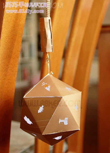 The holiday lantern -8- lanyard is equipped with a battery box and a hook. The length of the hook is matched with the LED wiring. As long as the two wires are hung at the same time, the light is turned on.