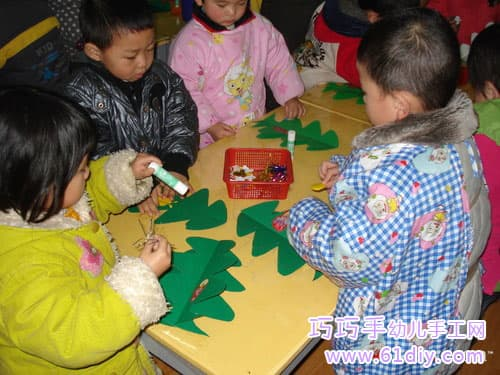 Children making christmas tree
