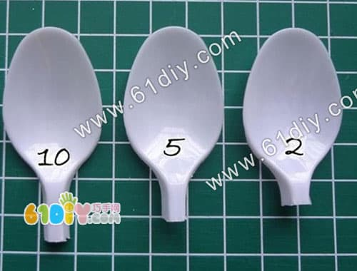Disposable spoon brooch making illustration