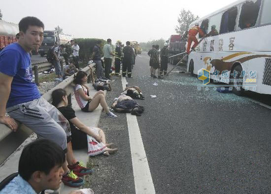 Rescue workers rescue passengers at the scene of traffic accident in Panjin section of Beijing-Shenyang high-speed