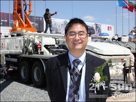 王伟与泵车合影