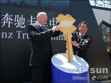 陈晓非与罗伯特共同开启三桥49米六节臂泵车新品发布仪式