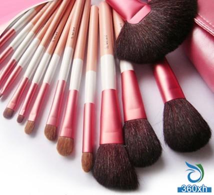 Makeup artist teaches you how to maintain a makeup brush