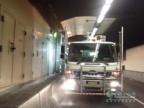 With the aid of Hino trucks equipped with Allison products, the operating company of the Sydney Harbour Tunnel regularly cleans the harbor tunnel, one of the busiest roads in Sydney.