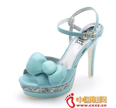 浅蓝色高跟鞋