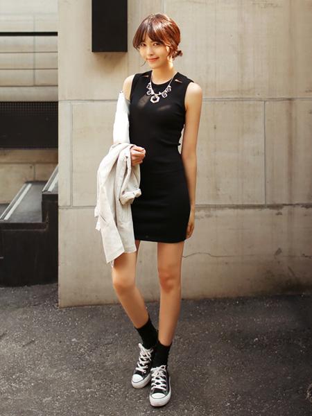 黑色修身连衣裙