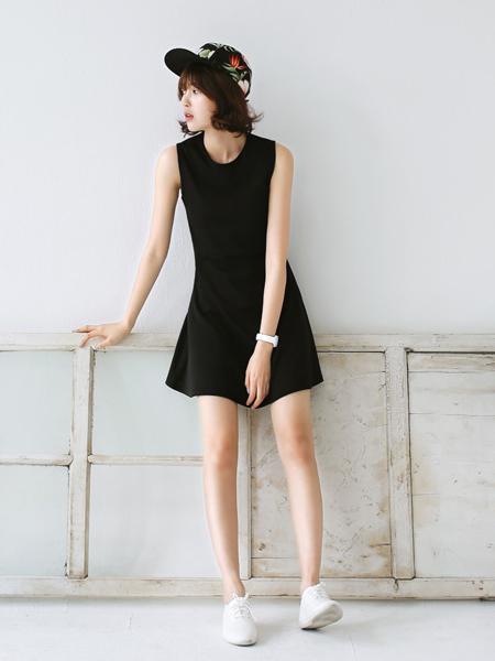 质感清爽的收腰A字连衣裙