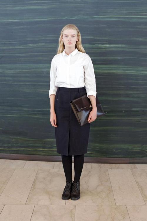 白衬衫和黑色及膝筒裙的配合