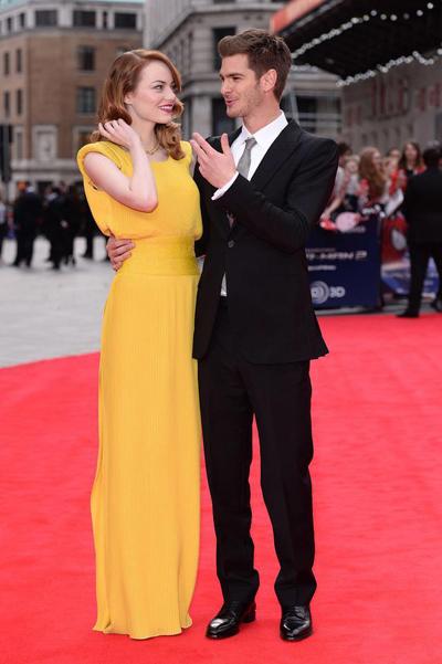 Emma身穿亮黄色Versace高定礼服裙