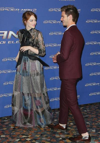 Emma身穿Valentino礼服裙