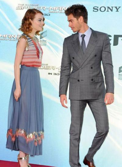Emma身穿Chanel礼服裙