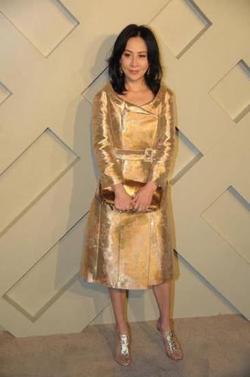 刘嘉玲已经是四十出头的女人,但是依旧敢不拒无束的玩着未来感的金属色泽
