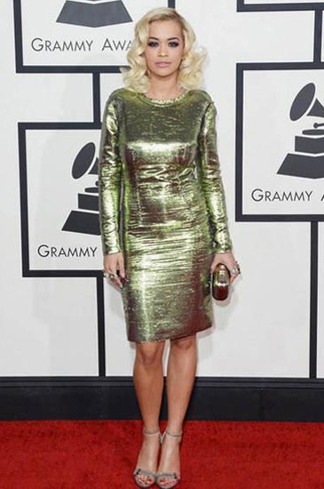 瑞塔奥拉这件又紧又闪的裙子简单夺目