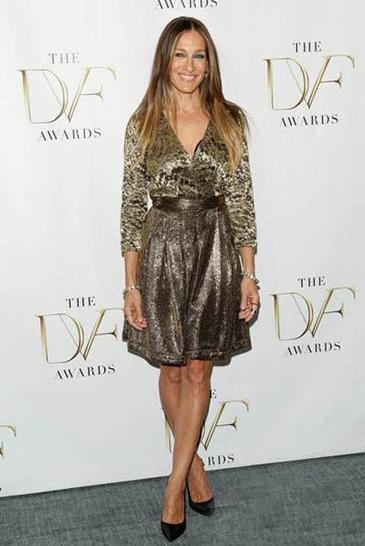 杰西卡帕克穿着金属色的连衣裙