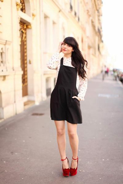 白色波点衬衫+黑色背带短裙+红色高跟鞋