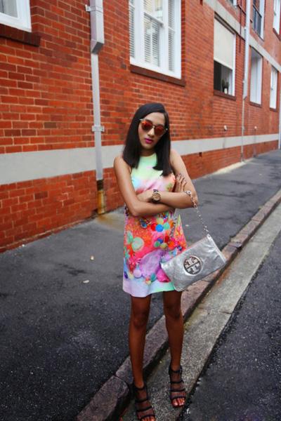 绿色印花连衣裙短裙+灰色透视高跟凉鞋