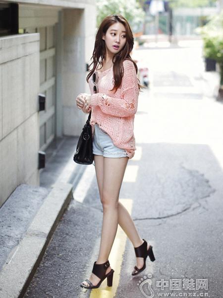"""浅粉色""""破旧""""的V领针织衫"""