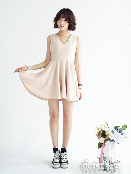 浪漫的V领杏粉色连衣裙