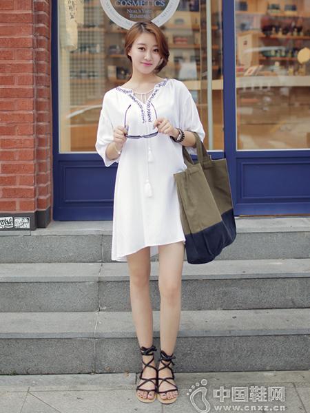 清新干净风格的白色连身裙