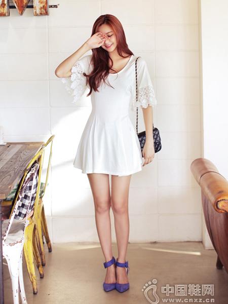 蕾丝袖口边装饰的连衣裙