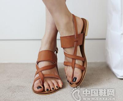 舒适的夏季平底凉鞋