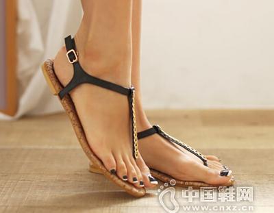 夏季必备的T字带凉鞋