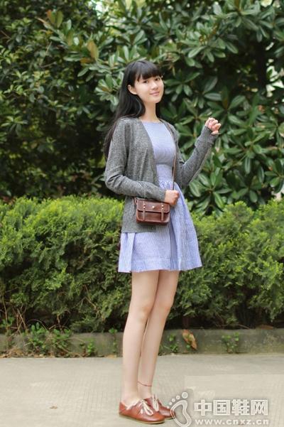 浅紫色连衣裙搭配灰色针织衫