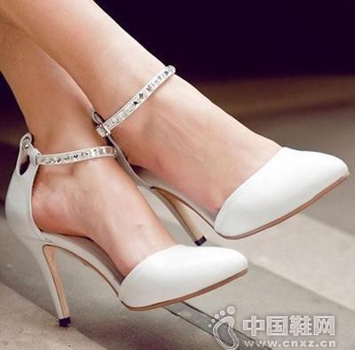 白色圆头踝带高跟鞋