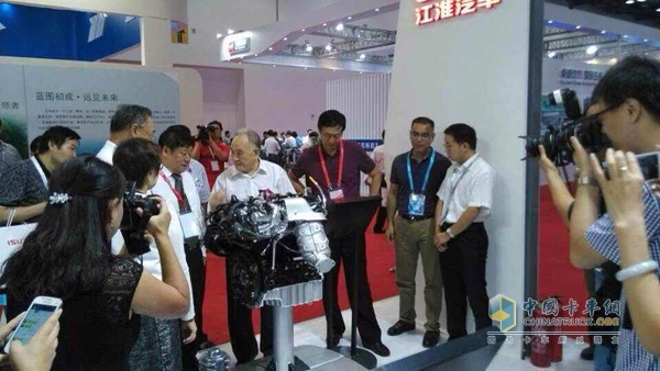 He Guangyuan, Minister of Machinery Industry inspected and instructed JAC Engine Booth
