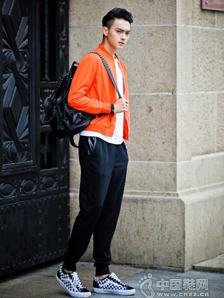 亮丽的橙色薄款夹克