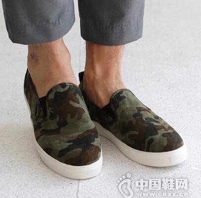 迷彩图案的休闲鞋