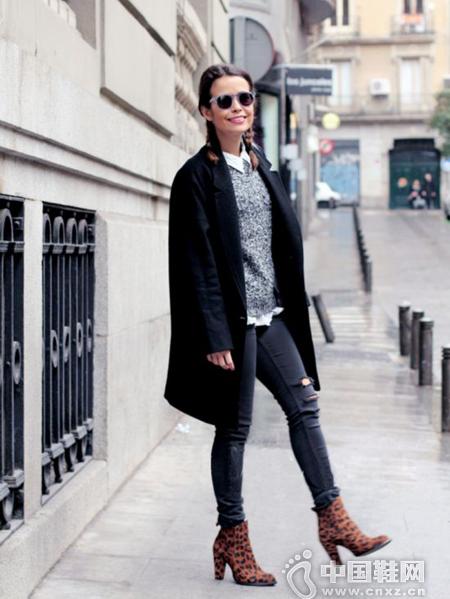 型人街拍演绎高跟短靴搭配Look