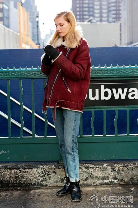 短款剪羊毛外套+宽松牛仔裤
