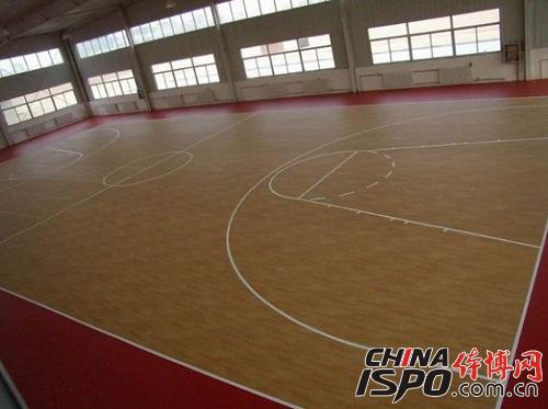 篮球场地普遍使用的运动地板