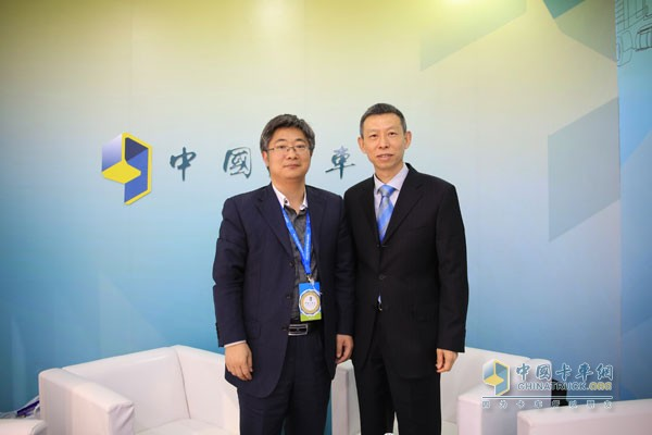 Vice President of Cummins Inc., Wang Ning (right), General Manager of Dongfeng Cummins Engine Company, and Wu Yongqiang, Editor-in-Chief of China Trucking Network