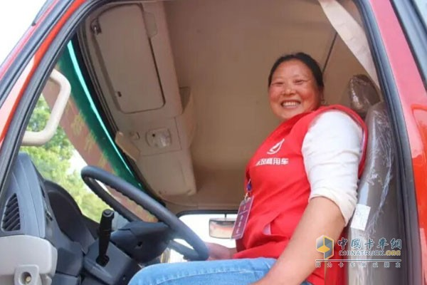 Dongfeng Envoy into Shaoxing Truck Driver's First Female Truck Driver