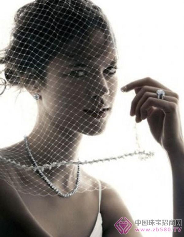 """""""玩""""珠宝的中性女人"""