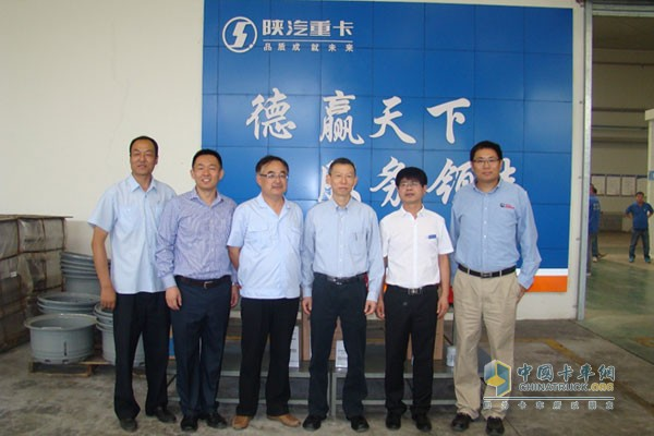 Cummins Vice President Wang Ning and others took photos at the dealer