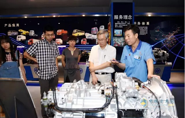 The chairman of the board leads the guests to visit the company's institute exhibition hall