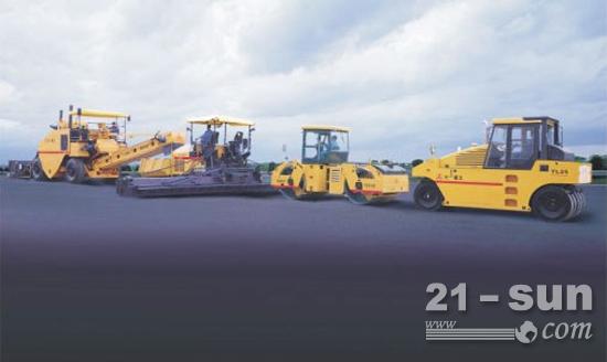 三一压路机与摊铺机参加北京六环线工程施工