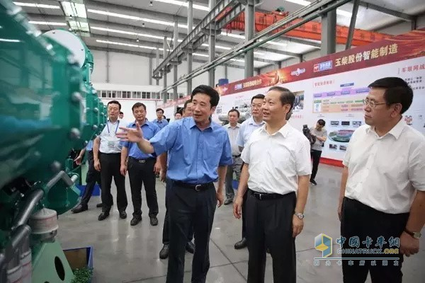On July 28, 2016, Peng Qinghua, the party secretary of the Guangxi Zhuang Autonomous Region (middle front row), praised Yuchai's R&D and product innovation efforts during his visit to Yuchai.