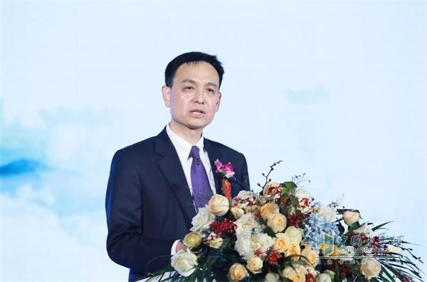 Mr. Yang Dong, Deputy General Manager of ExxonMobil (China) Investment Co., Ltd. spoke at the one million kilometer conference of China National Heavy Duty Truck Technology Products Co., Ltd.